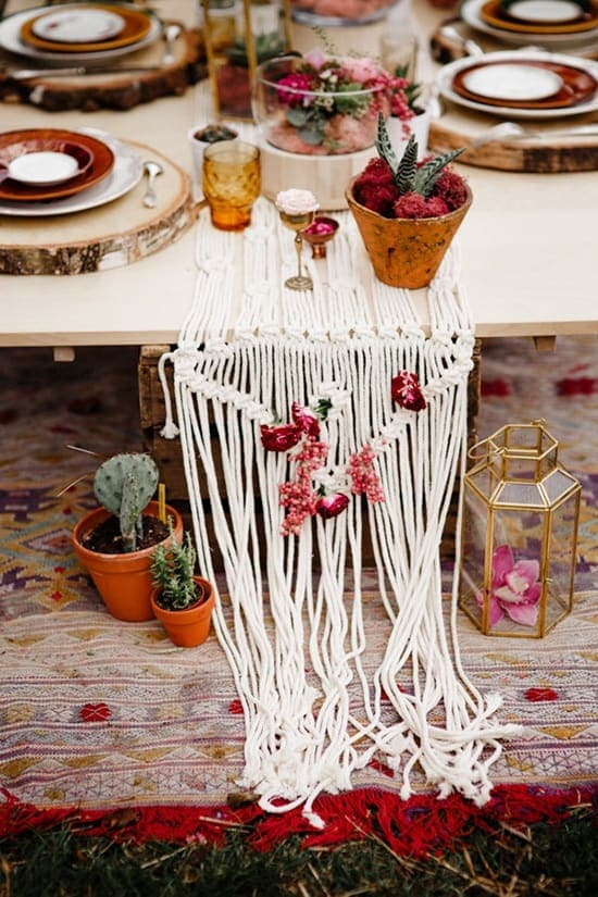 Bohemian burgundy wedding reception centrepiece with macrame table runner | Forester Fotógrafos via Junebug Weddings